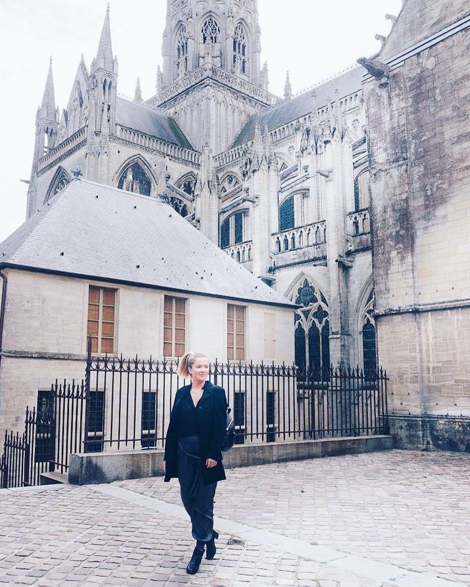 Aurore Pley devant la cathédrale de Bayeux.