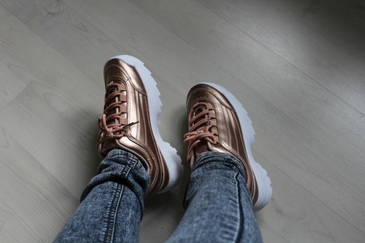 La tendance mode futuriste avec le fluo et les chaussuresplateforme…